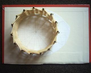 Колесо из спичек без клея Колесо из спичек, собранное абсолютно без клея.  Оно держится только за счет внутрненнго...